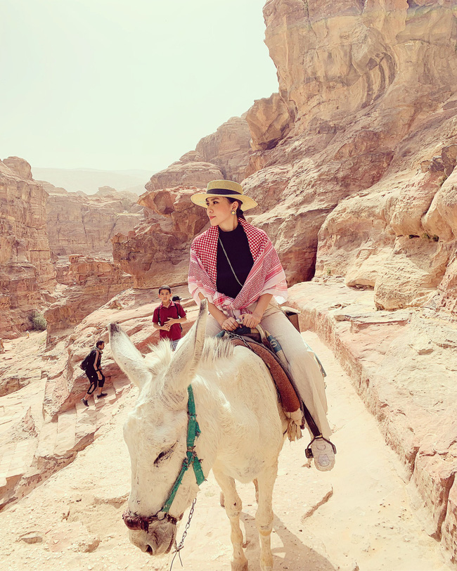 Mẹ 1 con xinh đẹp chi hàng trăm triệu đến Jordan đọc sách giữa Biển Chết, cưỡi lạc đà sa mạc - Ảnh 19.