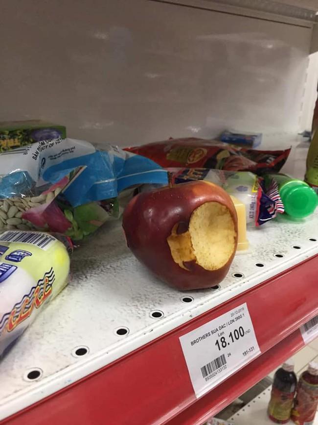 Siêu thị đại hạ giá, người dân chen nhau mua sắm, uống nước, cắn dở cả trái cây rồi bỏ lại tại quầy - Ảnh 7.