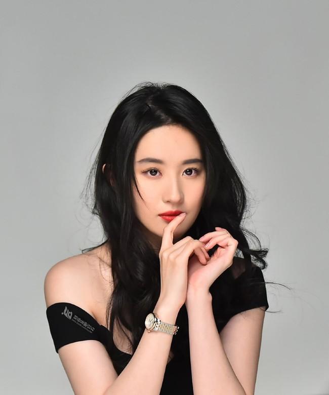 Lưu Diệc Phi xuất hiện cực xinh đẹp trong loạt hình quảng cáo nhưng vẫn nhận lời chê bai vì lý do này  - Ảnh 1.