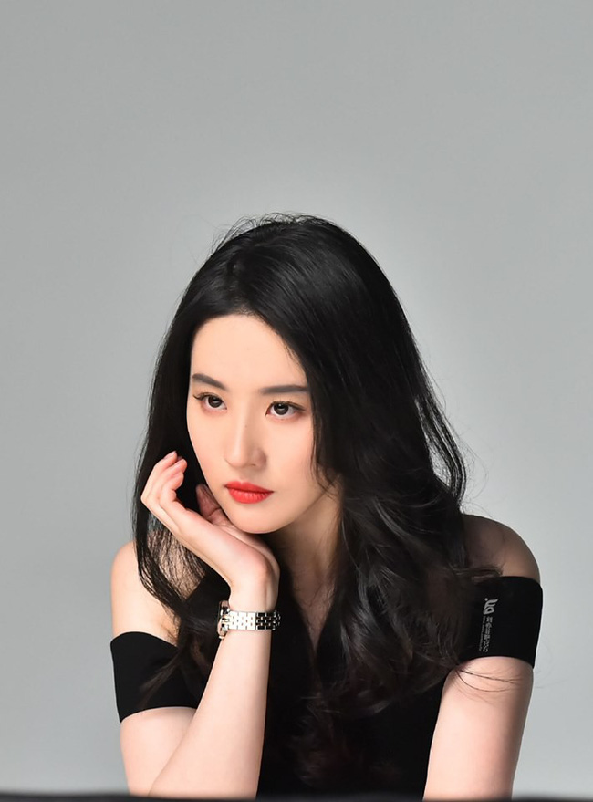 Lưu Diệc Phi xuất hiện cực xinh đẹp trong loạt hình quảng cáo nhưng vẫn nhận lời chê bai vì lý do này  - Ảnh 2.