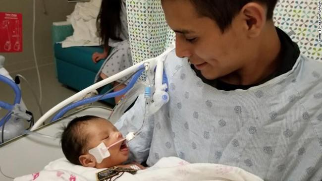 Vụ sát hại mẹ bầu cướp thai nhi: Em bé đã mở mắt, gia đình không rút ống thở mà vẫn chờ đợi một phép màu - Ảnh 1.