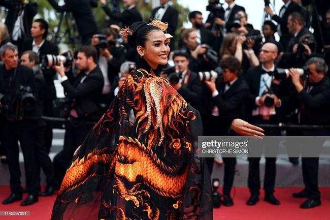 Không có Lý Nhã Kỳ thì đã có Trương Thị May mang áo dài Rồng đạp mây bay lên của NTK Việt tới thảm đỏ Cannes - Ảnh 5.