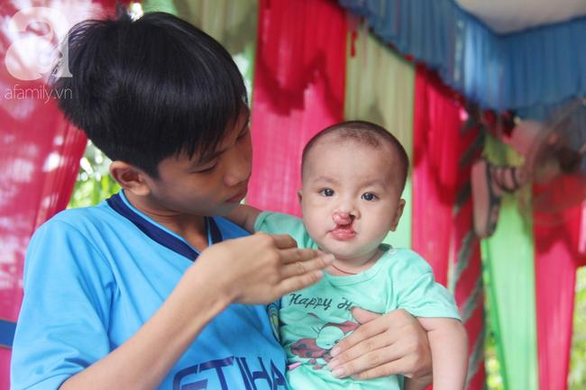Tròn một năm, bé trai suy dinh dưỡng chỉ nặng 2kg nằm chờ chết vì mẹ nghèo nay đã bụ bẫm, đáng yêu không ngờ - Ảnh 12.