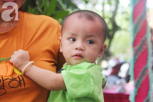 Tròn một năm, bé trai suy dinh dưỡng chỉ nặng 2kg nằm chờ chết vì mẹ nghèo nay đã bụ bẫm, đáng yêu không ngờ - Ảnh 18.