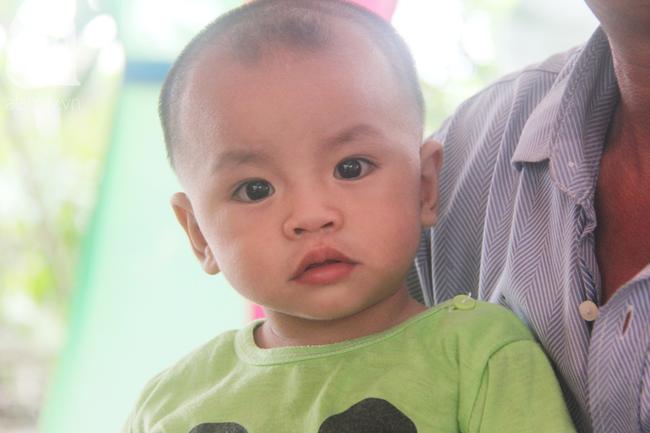Tròn một năm, bé trai suy dinh dưỡng chỉ nặng 2kg nằm chờ chết vì mẹ nghèo nay đã bụ bẫm, đáng yêu không ngờ - Ảnh 22.