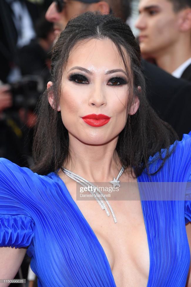 """Thảm đỏ Cannes ngày 9: Bất ngờ với gương mặt cứng đơ như tượng sáp và """"ca"""" khoe ngực hớ hênh - Ảnh 18."""