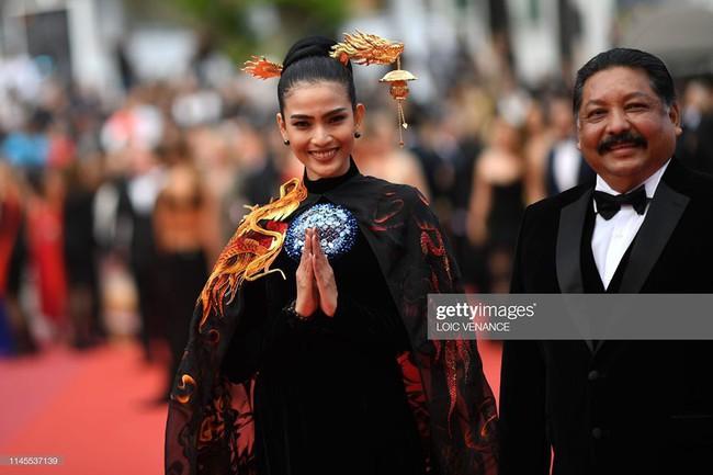 Không có Lý Nhã Kỳ thì đã có Trương Thị May mang áo dài Rồng đạp mây bay lên của NTK Việt tới thảm đỏ Cannes - Ảnh 4.
