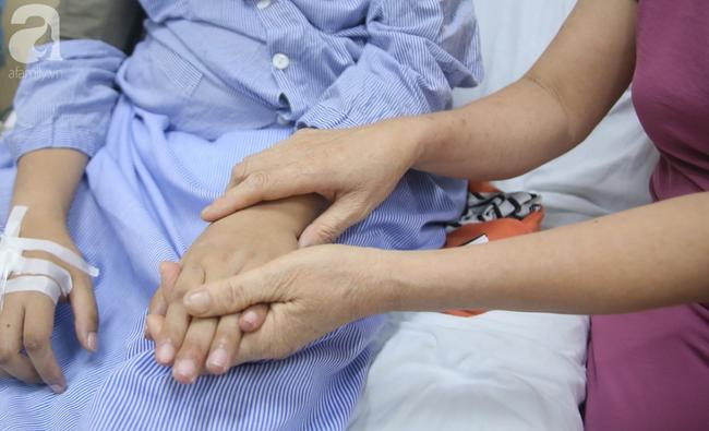 Mẹ của sản phụ bị ung thư, bất chấp nguy hiểm để sinh con: Tôi chỉ mong hai mẹ con nó được bình an trở về nhà - Ảnh 4.