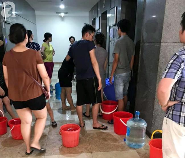 Hà Nội: Gần 10.000 cư dân bức xúc khi phải chờ đợi xách từng xô nước trong 3 ngày liên tiếp   - Ảnh 8.