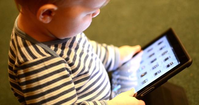 """Trẻ suốt ngày """"dán mắt"""" vào màn hình tivi, điện thoại có thể phải đối mặt thêm với nguy cơ khôn lường này, cha mẹ hãy hết sức lưu tâm - Ảnh 1."""