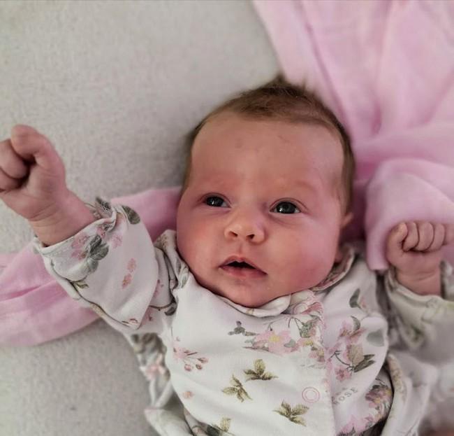 Con gái sơ sinh qua đời đột ngột chỉ sau một tiếng đồng hồ chụp ảnh với gia đình, người mẹ sợ hãi lên tiếng cảnh báo khi biết sự thật đằng sau  - Ảnh 2.