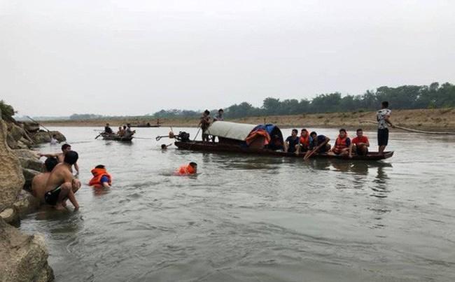 Đau lòng 4 học sinh chết đuối khi rủ nhau tắm sông chiều nay - Ảnh 1.