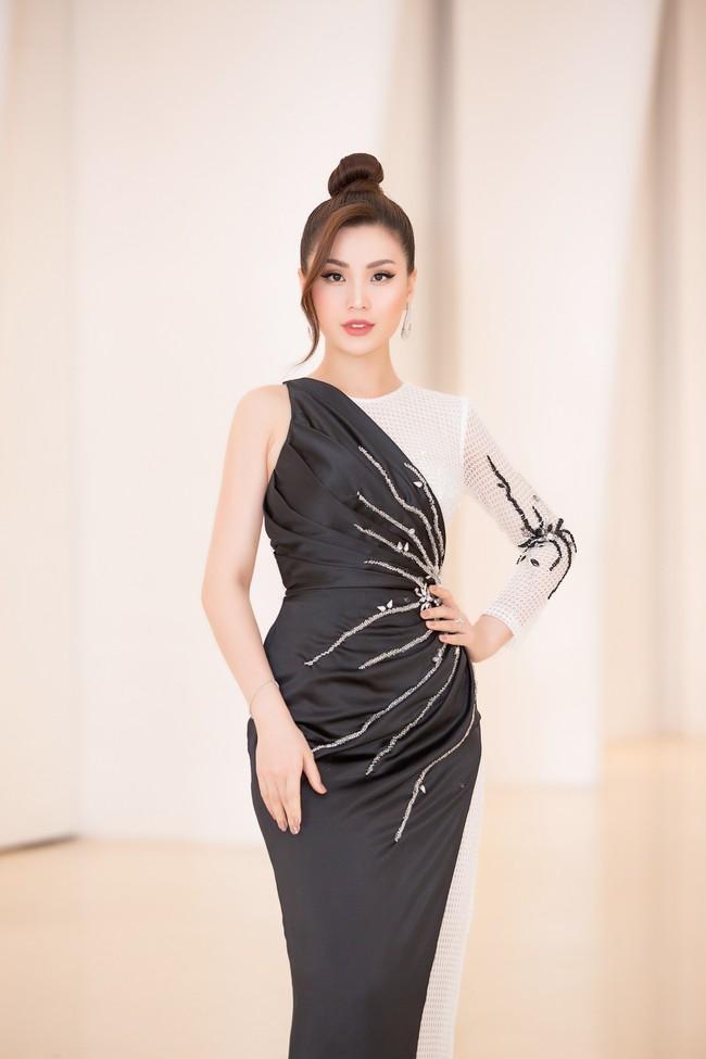 Fan choáng váng với chiếc váy xẻ ngực sâu táo bạo của Hoa hậu Tiểu Vy - Ảnh 4.