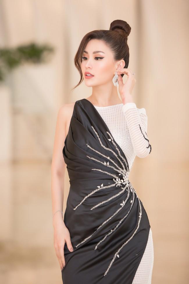 Fan choáng váng với chiếc váy xẻ ngực sâu táo bạo của Hoa hậu Tiểu Vy - Ảnh 5.