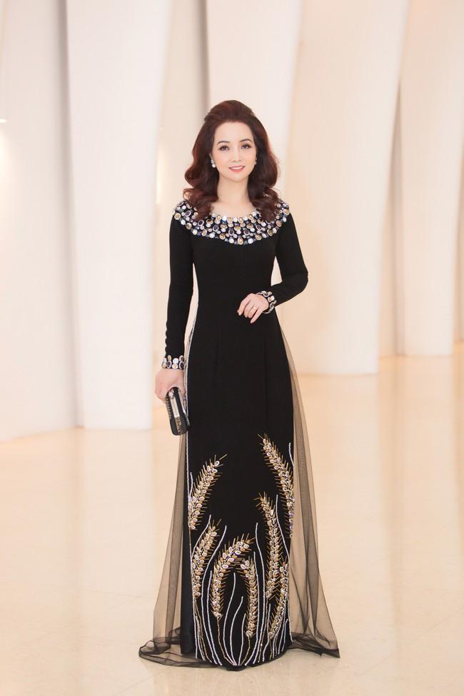 Fan choáng váng với chiếc váy xẻ ngực sâu táo bạo của Hoa hậu Tiểu Vy - Ảnh 10.