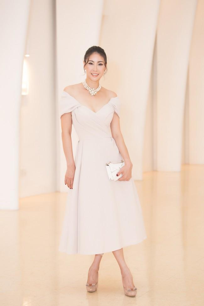 Fan choáng váng với chiếc váy xẻ ngực sâu táo bạo của Hoa hậu Tiểu Vy - Ảnh 11.