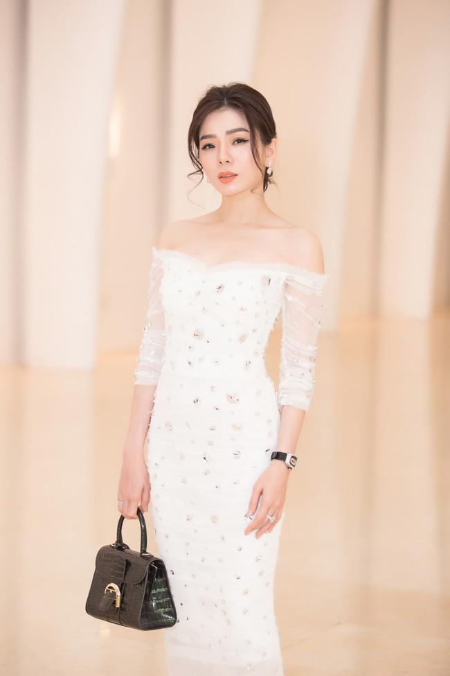 Fan choáng váng với chiếc váy xẻ ngực sâu táo bạo của Hoa hậu Tiểu Vy - Ảnh 7.