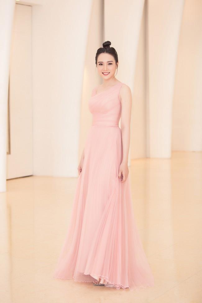 Fan choáng váng với chiếc váy xẻ ngực sâu táo bạo của Hoa hậu Tiểu Vy - Ảnh 13.