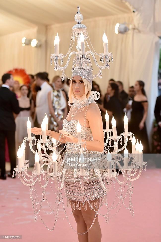 Katy Perry bước đi chật vật, không thể ngồi với bộ cánh đèn chùm nhưng vẫn đáp trả cực ngầu khi bị thắc mắc - Ảnh 3.
