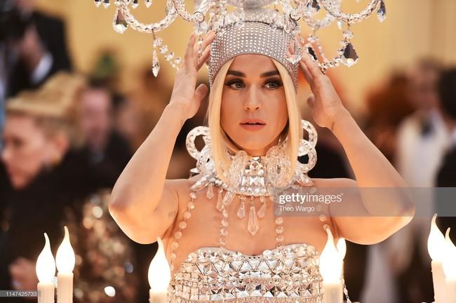Katy Perry bước đi chật vật, không thể ngồi với bộ cánh đèn chùm nhưng vẫn đáp trả cực ngầu khi bị thắc mắc - Ảnh 5.
