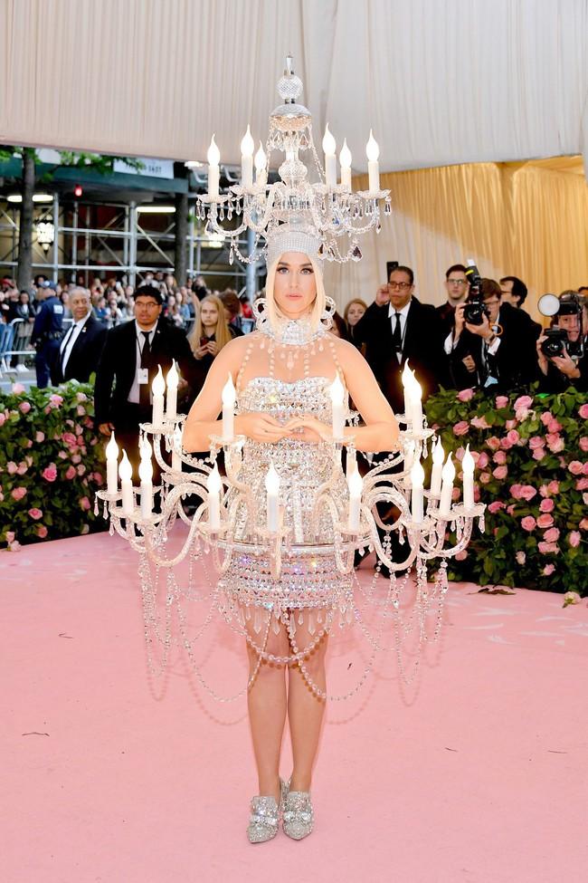 Katy Perry bước đi chật vật, không thể ngồi với bộ cánh đèn chùm nhưng vẫn đáp trả cực ngầu khi bị thắc mắc - Ảnh 6.