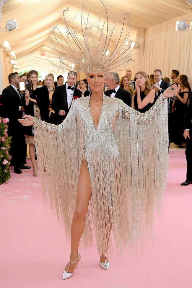 Celine Dion mặc váy đính vàng, tốn 3.000 giờ thực hiện và nặng gần 10kg: Bảo sao đẹp xuất sắc như bà hoàng tại Met Gala - Ảnh 5.