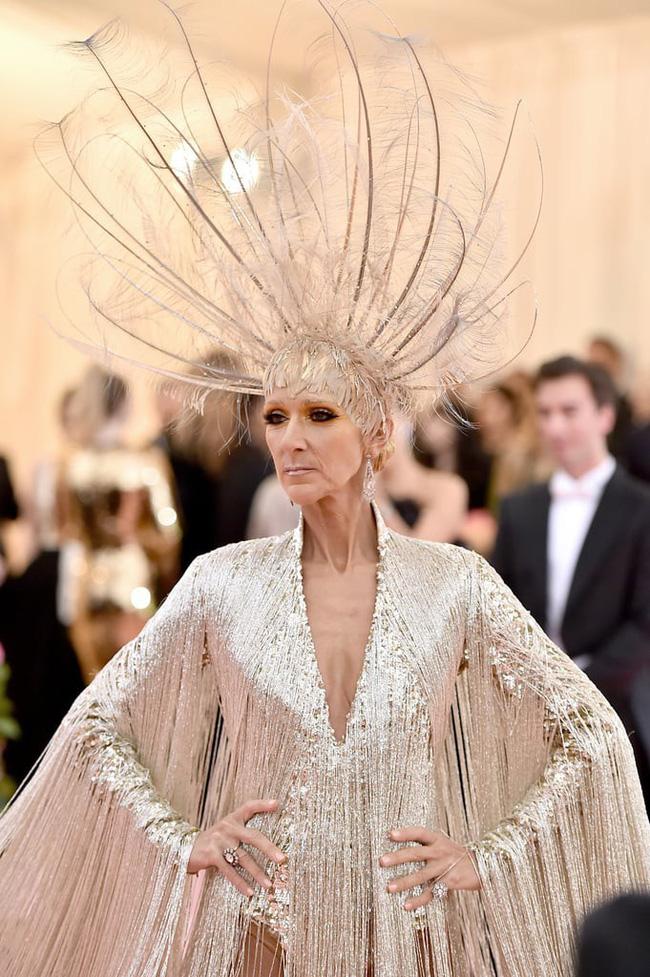 Celine Dion mặc váy đính vàng, tốn 3.000 giờ thực hiện và nặng gần 10kg: Bảo sao đẹp xuất sắc như bà hoàng tại Met Gala - Ảnh 6.