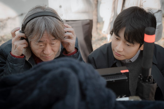 Trai trẻ Jung Hae In cười rạng rỡ gây xao xuyến trong hậu trường phim mới - Ảnh 1.