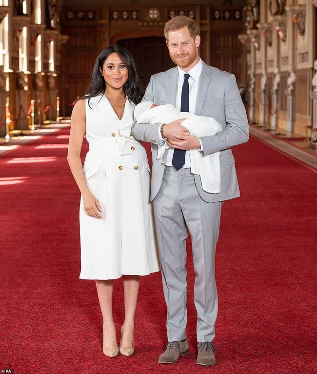Vợ chồng Meghan chính thức xuất hiện, giới thiệu em bé Sussex cho người hâm mộ trên toàn thế giới - Ảnh 2.
