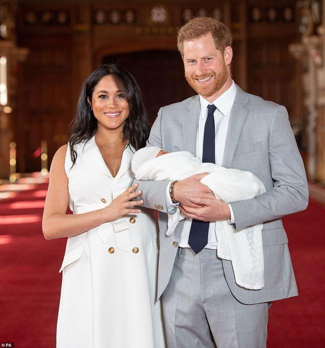 Vợ chồng Meghan chính thức xuất hiện, giới thiệu em bé Sussex cho người hâm mộ trên toàn thế giới - Ảnh 3.