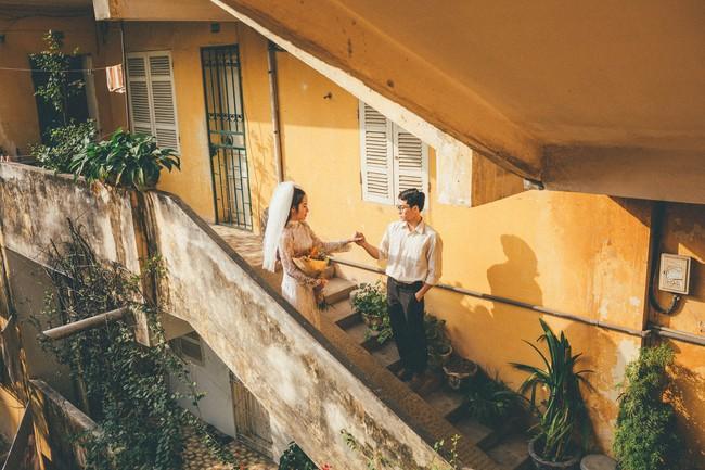 Cặp đôi mượn quần áo bố mẹ ra khu tập thể cũ chụp bộ ảnh cưới theo style thời bao cấp trong trẻo và bình yên quá đỗi - Ảnh 11.