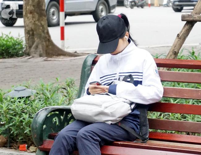 Hà Nội: Gió lạnh bất ngờ xuất hiện khiến nhiệt độ giảm mạnh, người dân quàng khăn, mặc áo rét ra đường - Ảnh 2.