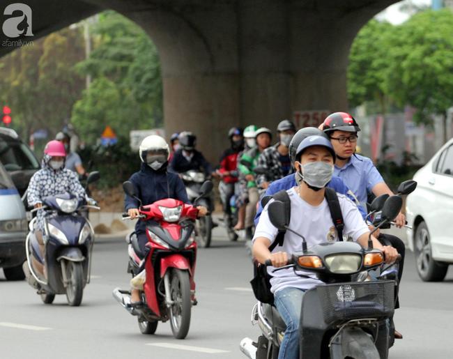 Hà Nội: Gió lạnh bất ngờ xuất hiện khiến nhiệt độ giảm mạnh, người dân quàng khăn, mặc áo rét ra đường - Ảnh 5.