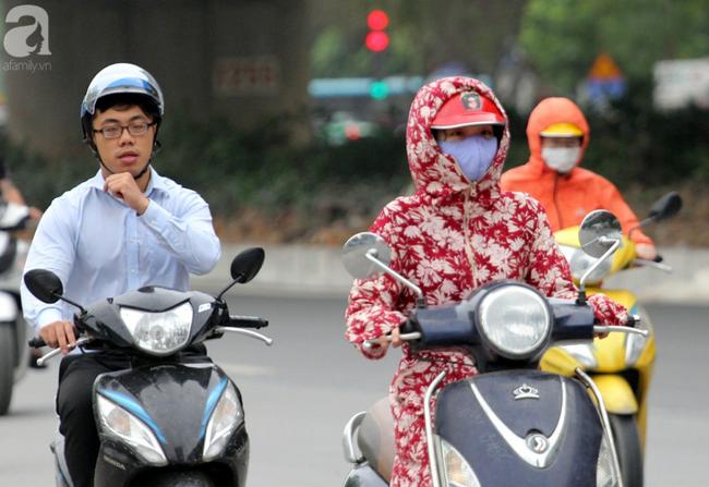 Hà Nội: Gió lạnh bất ngờ xuất hiện khiến nhiệt độ giảm mạnh, người dân quàng khăn, mặc áo rét ra đường - Ảnh 6.