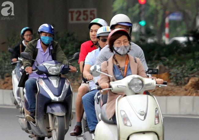 Hà Nội: Gió lạnh bất ngờ xuất hiện khiến nhiệt độ giảm mạnh, người dân quàng khăn, mặc áo rét ra đường - Ảnh 7.