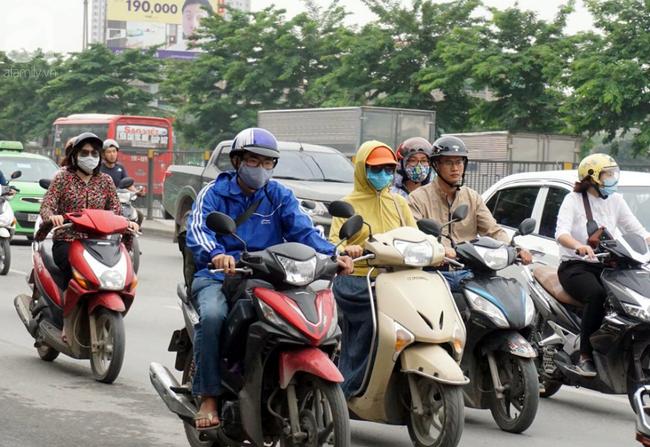 Hà Nội: Gió lạnh bất ngờ xuất hiện khiến nhiệt độ giảm mạnh, người dân quàng khăn, mặc áo rét ra đường - Ảnh 8.
