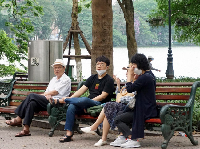 Hà Nội: Gió lạnh bất ngờ xuất hiện khiến nhiệt độ giảm mạnh, người dân quàng khăn, mặc áo rét ra đường - Ảnh 1.