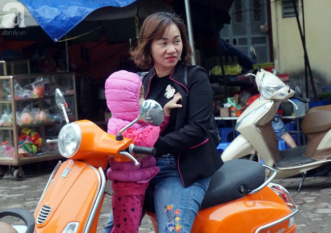 Hà Nội: Gió lạnh bất ngờ xuất hiện khiến nhiệt độ giảm mạnh, người dân quàng khăn, mặc áo rét ra đường - Ảnh 9.