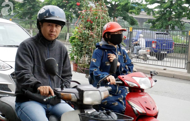 Hà Nội: Gió lạnh bất ngờ xuất hiện khiến nhiệt độ giảm mạnh, người dân quàng khăn, mặc áo rét ra đường - Ảnh 10.