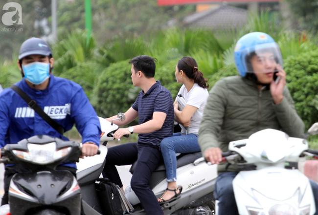 Hà Nội: Gió lạnh bất ngờ xuất hiện khiến nhiệt độ giảm mạnh, người dân quàng khăn, mặc áo rét ra đường - Ảnh 11.