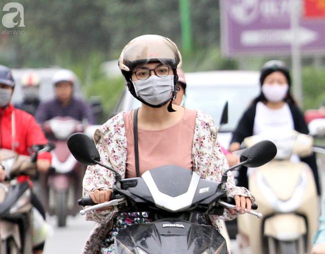 Hà Nội: Gió lạnh bất ngờ xuất hiện khiến nhiệt độ giảm mạnh, người dân quàng khăn, mặc áo rét ra đường - Ảnh 12.