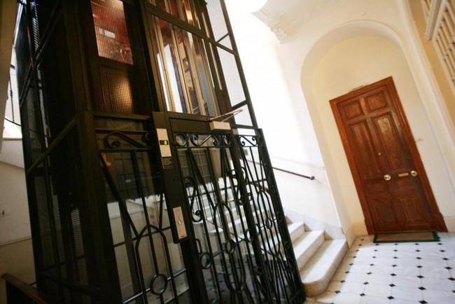 Gã ấu dâm sàm sỡ bé gái trong thang máy ở Pháp bị tống giam 6 năm tù - Ảnh 1.
