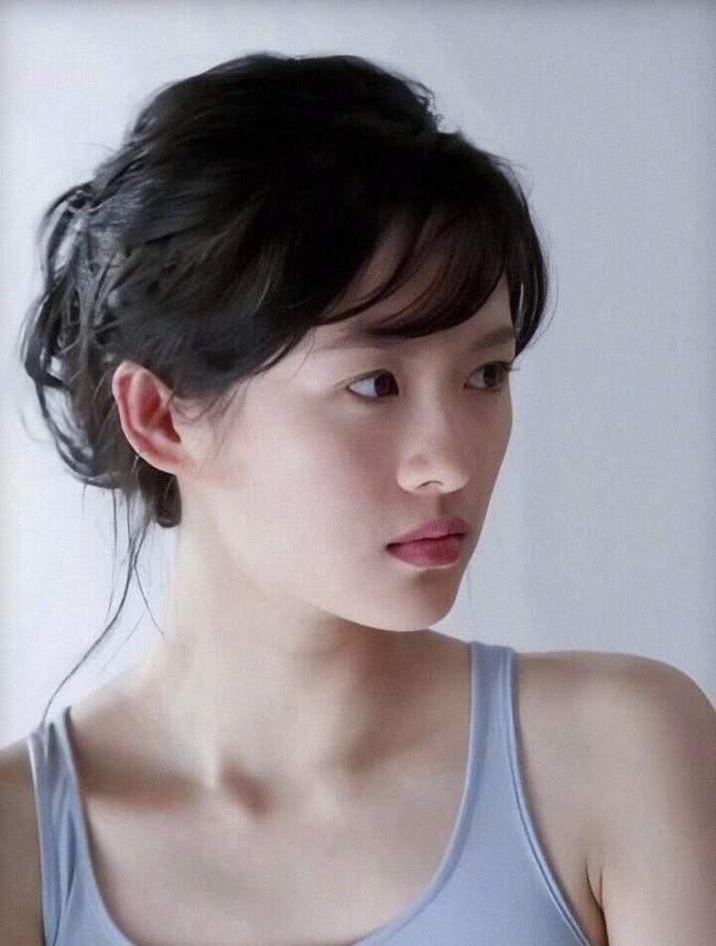 Chương Tử Di 24 tuổi xinh đẹp tựa nữ thần nhưng Lưu Diệc Phi tuổi 17 cũng đâu kém cạnh: Danh thần tiên tỷ tỷ không phải là trò đùa  - Ảnh 1.