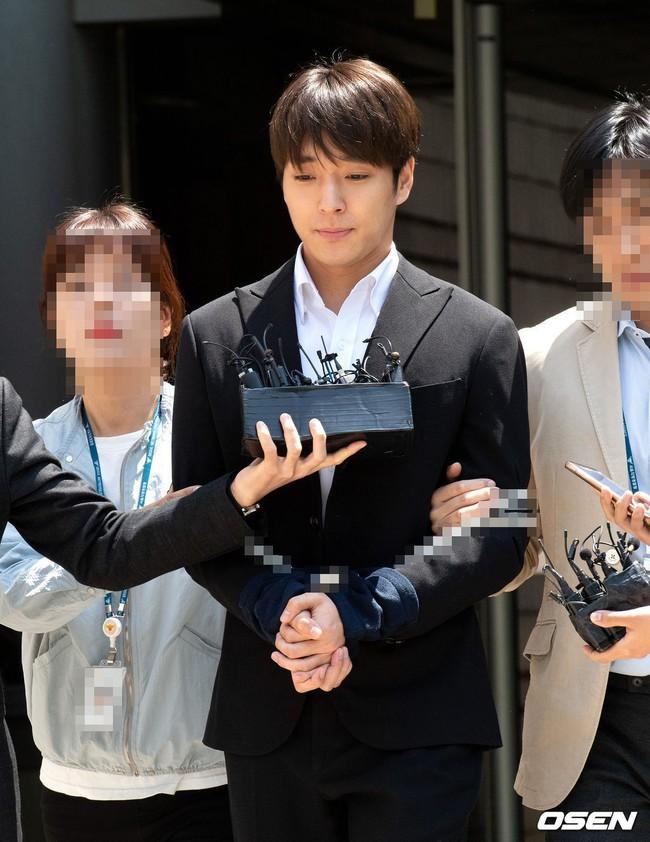 Anh trai Yuri (SNSD) và Choi Jong Hoon chính thức bị bắt, trói chặt bằng dây thừng vì cáo buộc hiếp dâm tập thể - Ảnh 3.