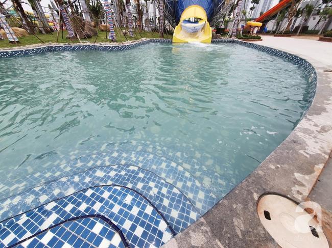 Mới mở cửa khai trương hơn 1 ngày, công viên nước Thanh Hà đã đục ngầu như ao, rác nổi khắp bể bơi - Ảnh 4.
