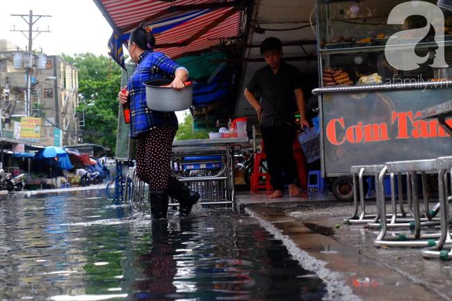 Nước ngập đến bàn thờ ông thần Tài sau mưa lớn ở TP.HCM: Người bì bõm tát nước, người bán buôn ế ẩm - Ảnh 8.