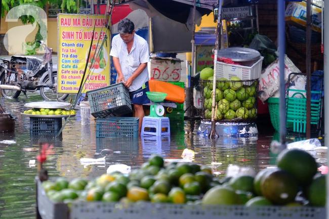 Nước ngập đến bàn thờ ông thần Tài sau mưa lớn ở TP.HCM: Người bì bõm tát nước, người bán buôn ế ẩm - Ảnh 9.