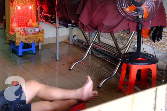 Nước ngập đến bàn thờ ông thần Tài sau mưa lớn ở TP.HCM: Người bì bõm tát nước, người bán buôn ế ẩm - Ảnh 6.