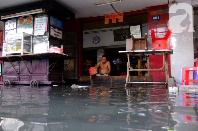 Nước ngập đến bàn thờ ông thần Tài sau mưa lớn ở TP.HCM: Người bì bõm tát nước, người bán buôn ế ẩm - Ảnh 12.