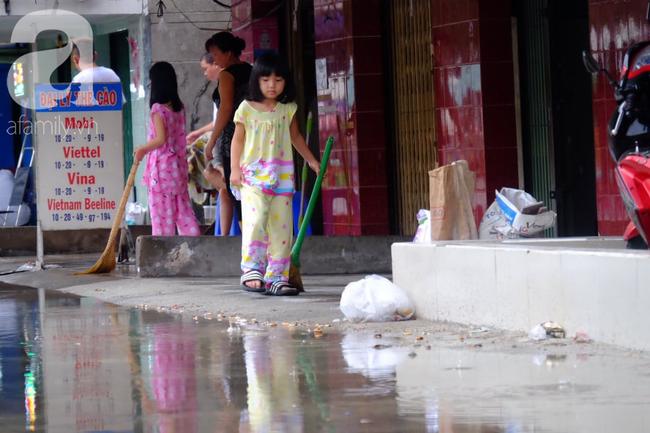 Nước ngập đến bàn thờ ông thần Tài sau mưa lớn ở TP.HCM: Người bì bõm tát nước, người bán buôn ế ẩm - Ảnh 13.